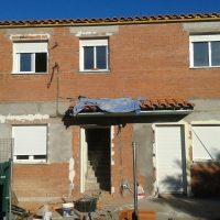 Fachada trasera de vivienda con ventanas de aluminio con RPT
