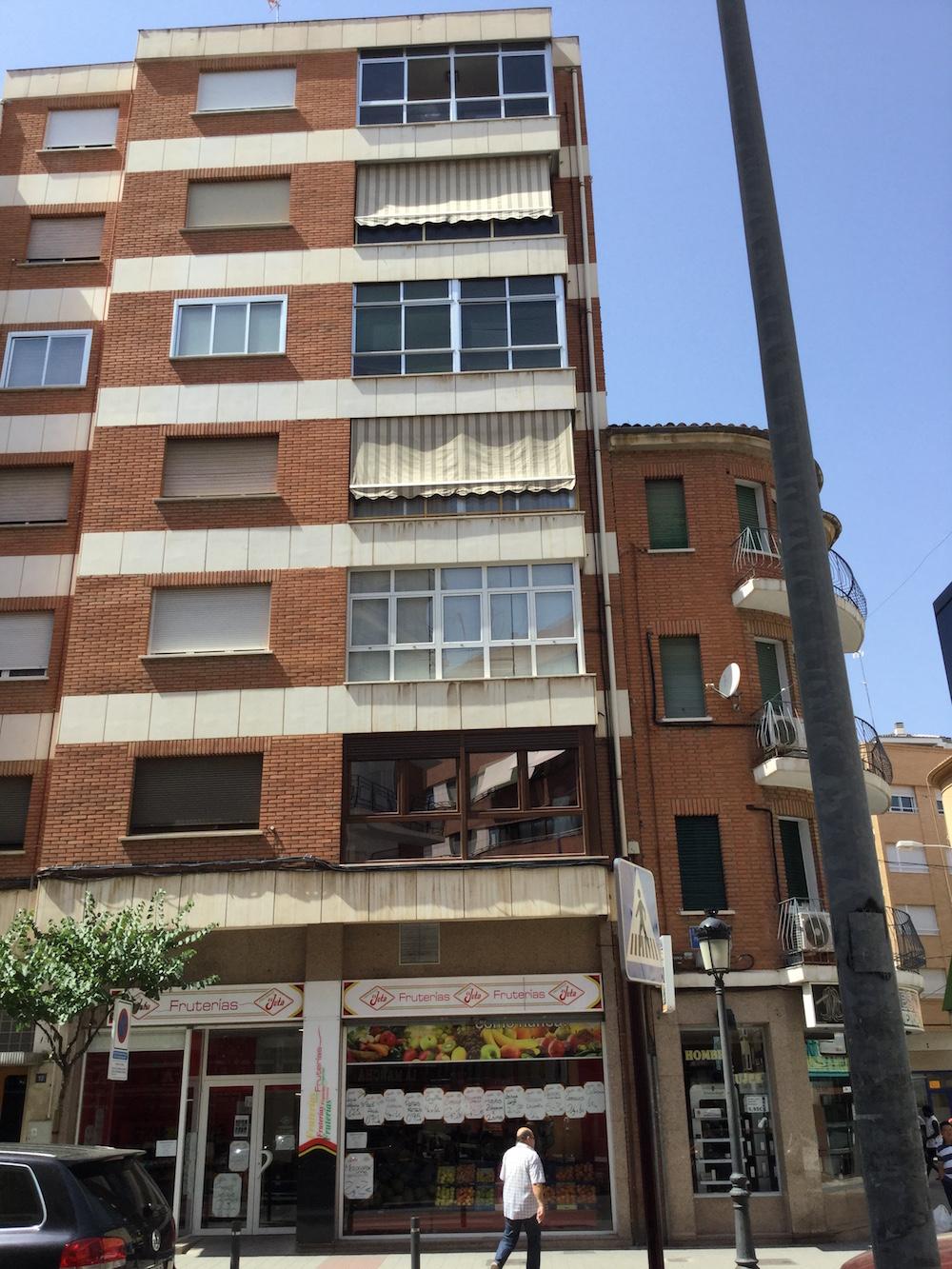 Como cerrar un balcon terraza o balcn va a recibir luz for Cuanto cuesta un toldo para balcon