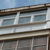Cerramiento de balcón con humedades
